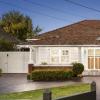 带有隐蔽游泳池的Ascot Vale房屋在拍卖后以230万美元的价格出售