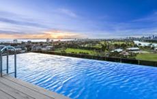 圣基尔达公寓楼引人注目的游泳场所